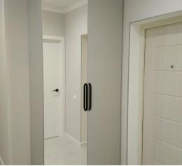 Шкаф в прихожую Egger серый перламутровый