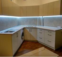 Угловая кухня бежевая с светодиодной подсветкой
