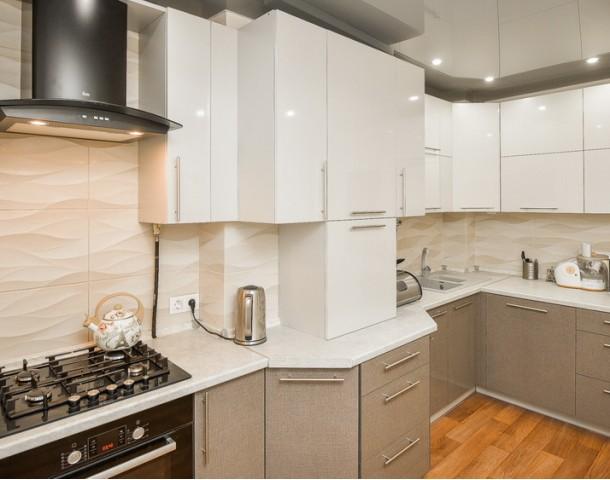 Угловая кухня с фасадом бежевый пластик