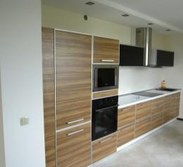 Кухня линейная, фасады пластик в алюминиевом профиле, фурнитура BLUM