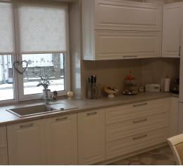 Кухня с вырезом столешницы под окно, МДФ крашенный, мойка искусственный камень, фурнитура BLUM