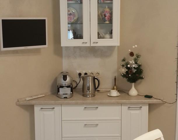Кофейный уголок на кухне, МДФ крашенный, фурнитура BLUM, узорчатое стекло