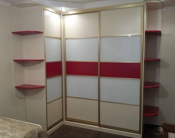 Шкаф-купе угловой с красными декоративными элементами